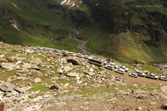 traffic jam on the way to Rohtang la pass, perhaps the most famous pass in India. every year, it is visited by thousands of tourists who completely molest the mountains. although an NGT order is in action to cap the number of people that can visit the pass in a single day, local police manning entry and exit seemed okay with letting in all the vehicles that demanded passage